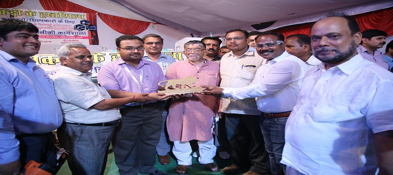 "image of Textiles Minister visited Two Days Awareness workshop on ""Machine Operated Hand tools for the Wood Craft"" at Bareily, Uttar Pradesh"
